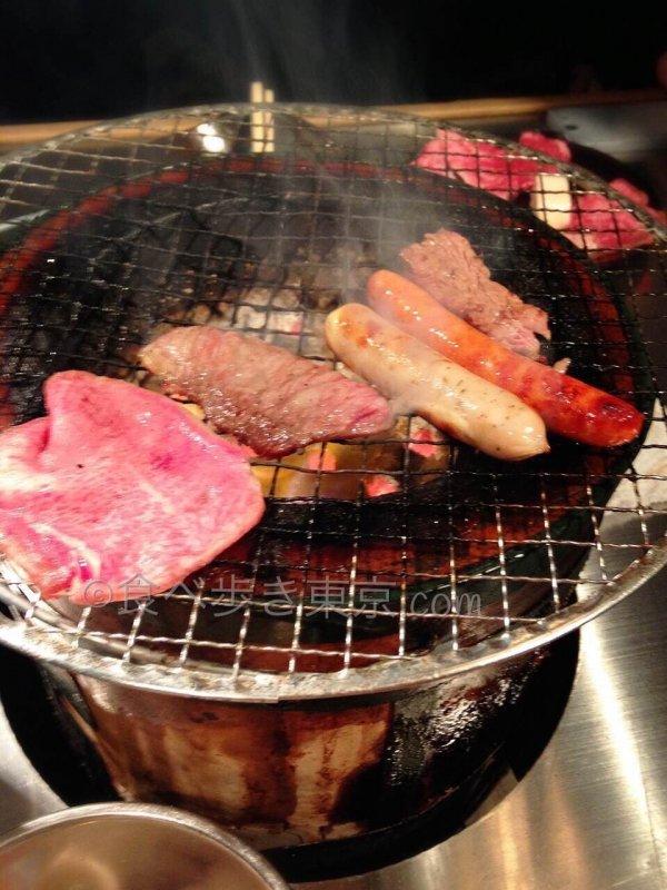 六花界の七輪でお肉を焼いている