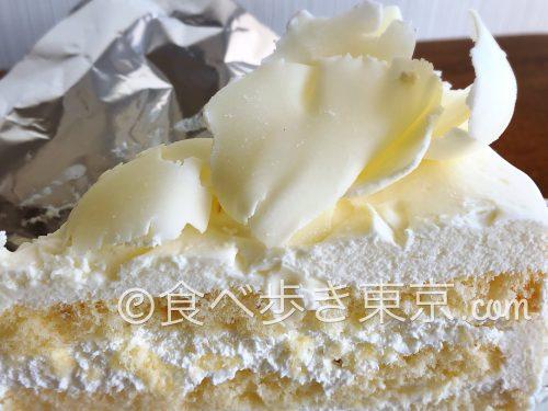ホワイトチョコレートケーキ(ホワイトチョコのアップ)