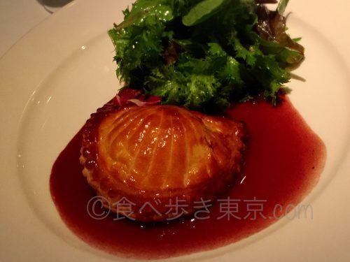 丸ビルレストラン「オザミトーキョー」のスペシャリテ(ほろほろ鳥と帆立貝、フォアグラのパイ包み)
