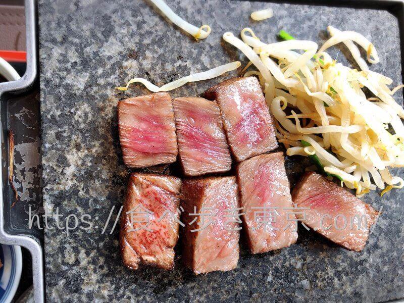 黒毛和牛ステーキ御膳のお肉を焼いている
