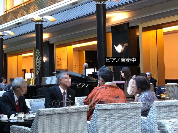 ホテル雅叙園東京カフェラウンジ「パンドラ」でピアノの生演奏中
